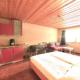 Appartment mit Kueche,Doppelbett und Schrank sowie Couch, Essecke und Fenster