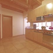 Küchenzeile mit Durchblick in das Wohnzimmer der Ferienwohnung