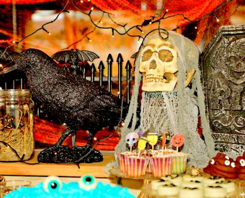 Halloweendecoration mit einen Raaben, einen Totenkopf und Bufett