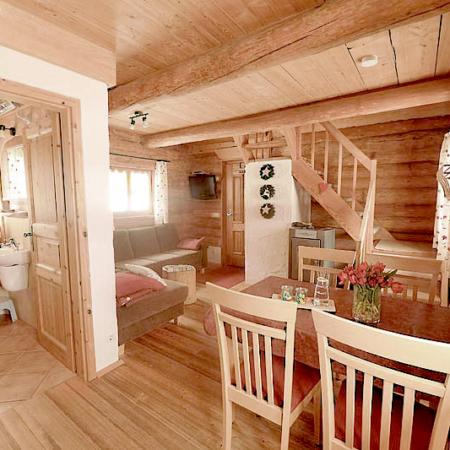 Ein Wohnbereich im Holz-Naturstammhaus mit Einrichtung und Badezimmer