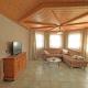Ferienwohnung im Erker mit Holzdecke, sowie mit Couch, Sideboard und TV