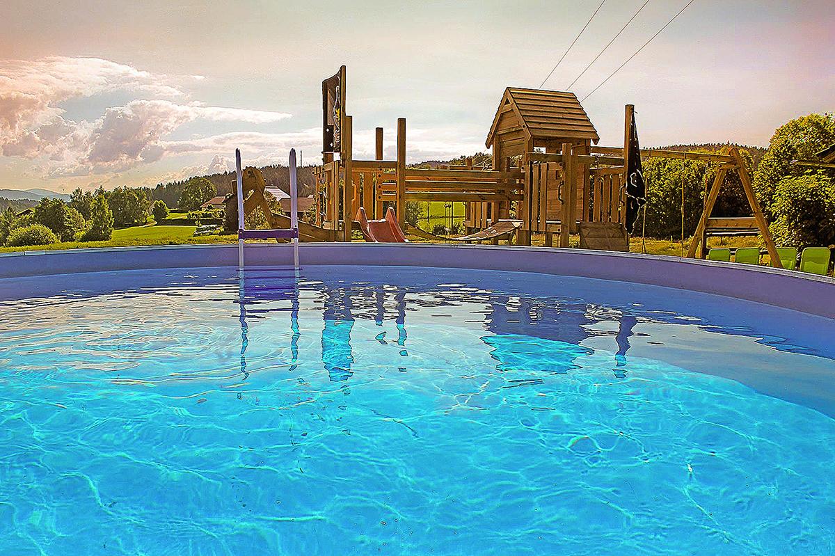 Landschaft mit Schwimmbad, Pool, Spielgeräte