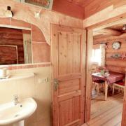 Badezimmer mit Waschbecken und Spiel, offene Tür zum Wohnbereich