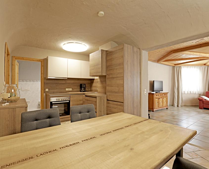Wohnbereich mit Küche, Essecke mit vier Stühlen,und Wohnzimmer alles offener Bereich mitDekoration